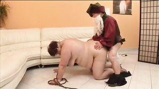 A dwarf copulates an bulky slutty wife.