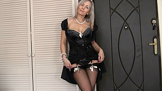 Mature blond haired webcam lady was posing in her sexy black lingerie