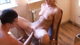 [ Very deep amateur fisting and fucking ] Letting her pussy spasm in climax after prying her open with his fist