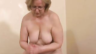 Mom masterbates son with the hands and feet in sensual home XXX play