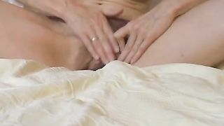 [ Watching mom masturbate ] Brunette puts on a sizzling, lengthy performance over the webcam