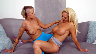 Inked daughter entwines naked pussies with her gorgeous blonde mom