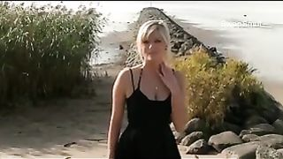 Blowjob outdoors at the beach when nobody else is around we hope