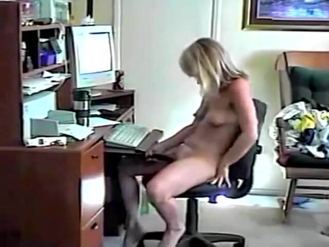 Wife masturbates to porn